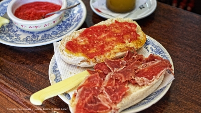 Cantina № 30 – Tostada con tomate y jamon iberico (Toast mit Tomate und Ibérico-Schinken) © Hans Keller
